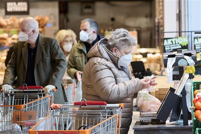 Người dân đeo khẩu trang phòng lây nhiễm COVID-19 tại siêu thị ở Vienna, Áo, ngày 25-1-2021. Ảnh: THX/ TTXVN