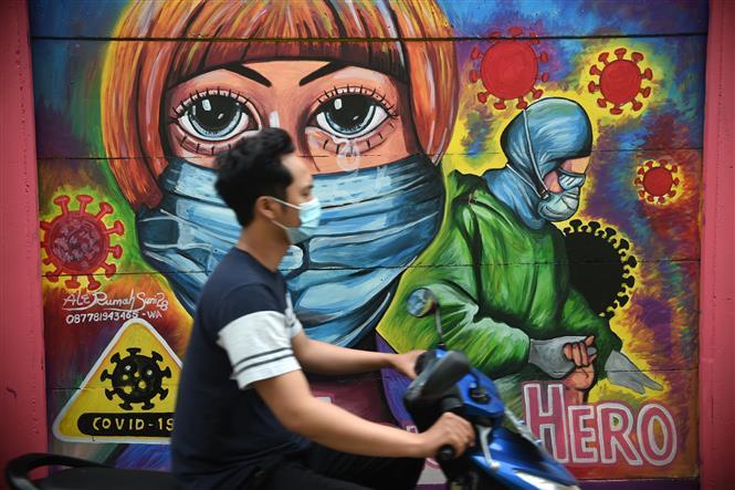 Người dân đeo khẩu trang phòng lây nhiễm COVID-19 tại Tangerang, Indonesia, ngày 26-1-2021. Ảnh: THX/TTXVN