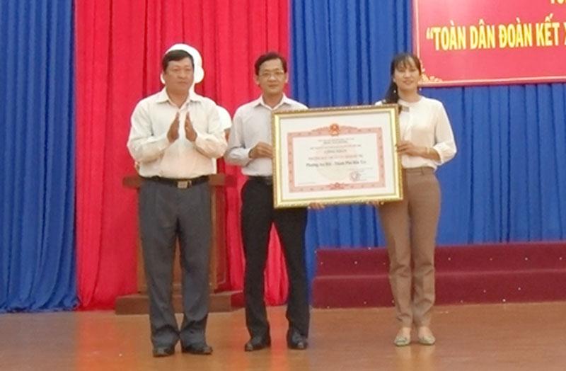 Trao quyết định công nhận Phường đạt chuẩn văn minh đô thị cho phường An Hội. Ảnh: Hồng Quốc