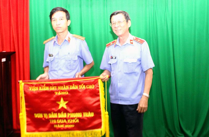 Trao cờ thi đua xuất sắc cho đại diện lãnh đạo VKSND TP. Bến Tre.