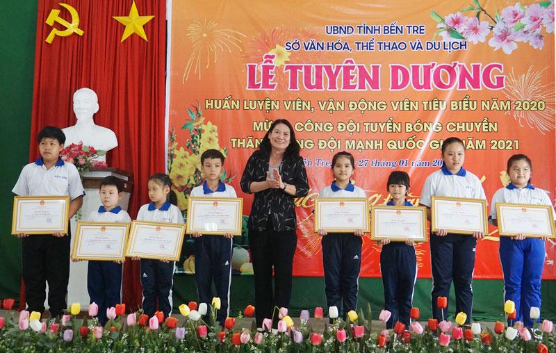 Phó chủ tịch UBND tỉnh Nguyễn Thị Bé Mười trao bằng khen UBND tỉnh cho các VĐV tiêu biểu.