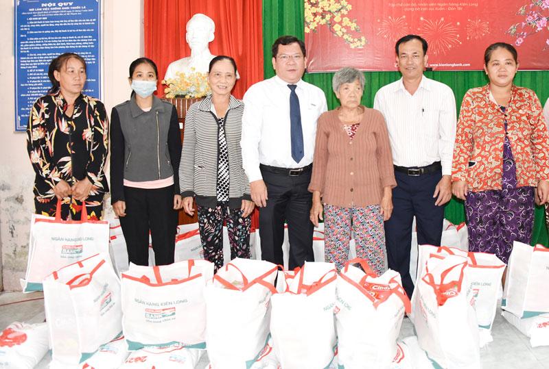 Giám đốc Ngân hàng TMCP Kiên Long, Chi nhánh Bến Tre Võ Duy Bảo trao quà Tết cho các hộ gia đình nghèo.
