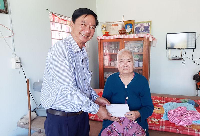Bí thư Huyện ủy Lê Văn Khê trao quà cho mẹ Việt Nam anh hùng Lê Thị Tường ở xã Mỹ Hưng. Ảnh: Văn Minh