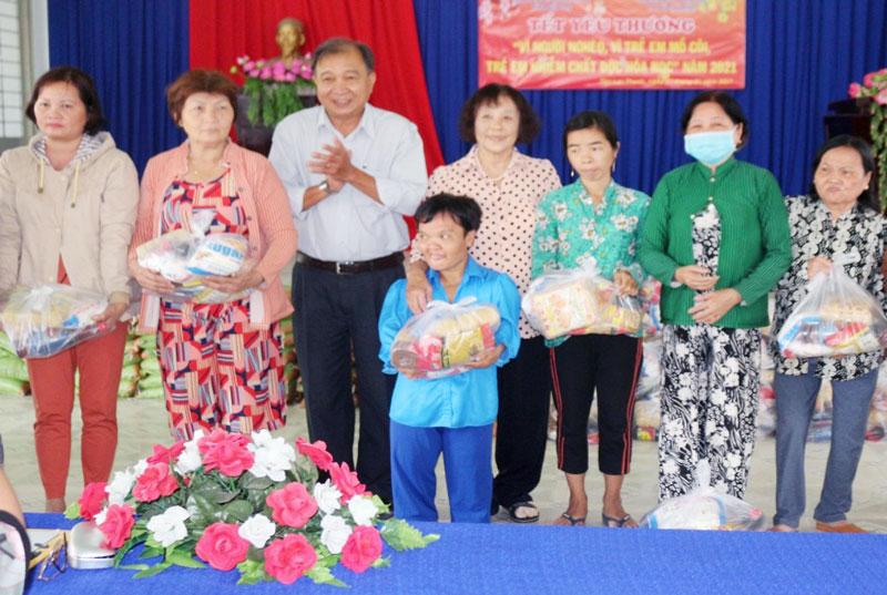 Tặng quà cho nạn nhân chất độc da cam/dioxin xã Tân Lợi Thạnh, huyện Giồng Trôm. Ảnh: Quốc Phong