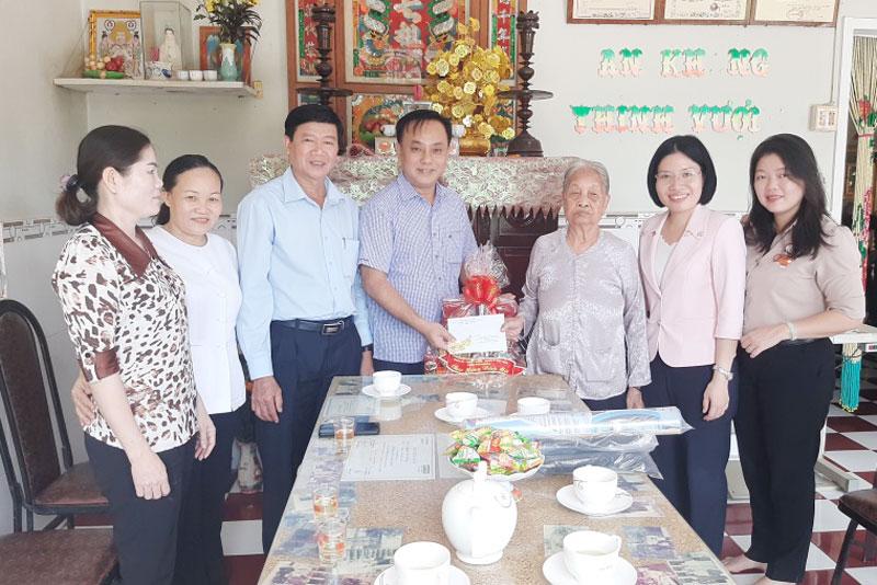 Phó bí thư - Chủ tịch UBND quận Phú Nhuận Nguyễn Đông Tùng trao quà cho mẹ Trần Thị Lình ở xã Thạnh Hải. Ảnh: Văn Minh