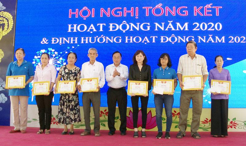 Phó trưởng Ban Dân vận Tỉnh ủy Bùi Văn Hản Em tặng giấy khen cho các cá nhân, đơn vị.