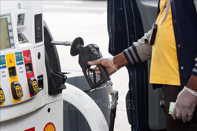 Đổ xăng cho phương tiện tại một trạm xăng ở New York, Mỹ. Ảnh: THX/TTXVN
