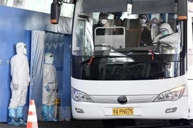 Xe buýt chở các chuyên gia thuộc phái đoàn điều tra của WHO sau khi họ tới Vũ Hán, Trung Quốc, ngày 14-1-2021. (Ảnh: Kyodo/TTXVN)