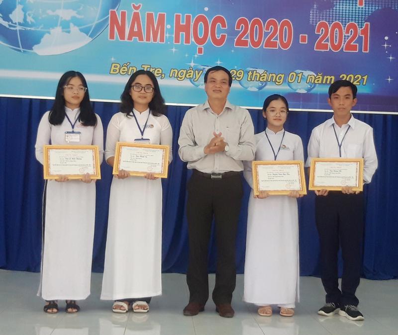 Nhóm tác giả đạt giải nhất tại cuộc thi nhận giải