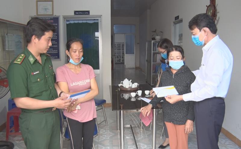 Đại diện Công ty Bảo hiểm Bảo Việt và Đồn Biên phòng Hàm Luông tặng quà cho thân nhân các nạn nhân.