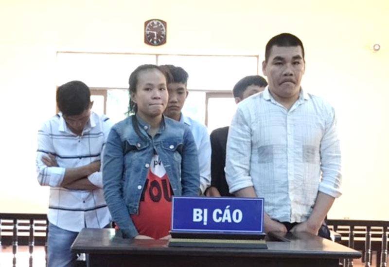 Bị cáo Lâm (bìa phải) và đồng bọn tại phiên tòa sơ thẩm ngày 29-1-2021.