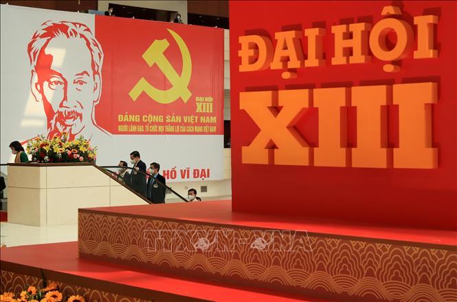 Hình ảnh Huy hiệu Đảng và Chủ tịch Hồ Chí Minh tại Đại hội đại biểu toàn quốc lần thứ XIII của Đảng. Ảnh: TTXVN