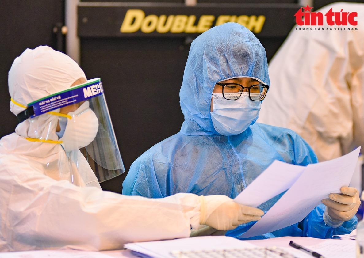 Cán bộ y tế điều tra dịch tễ người dân trong khu vực nguy cơ dịch COVID-19. Ảnh: Trung Nguyên
