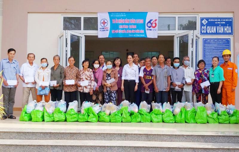 Tặng quà hộ khó khăn, gia đình chính sách xã Phú Hưng, TP. Bến Tre.
