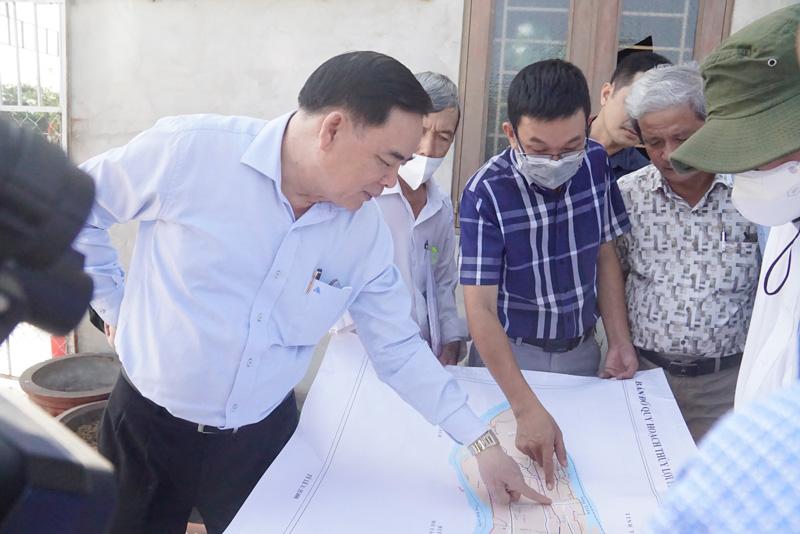 Chủ tịch UBND tỉnh Trần Ngọc Tam và các thành viên đoàn khảo sát thực tế trên tuyến sông Ba Lai.