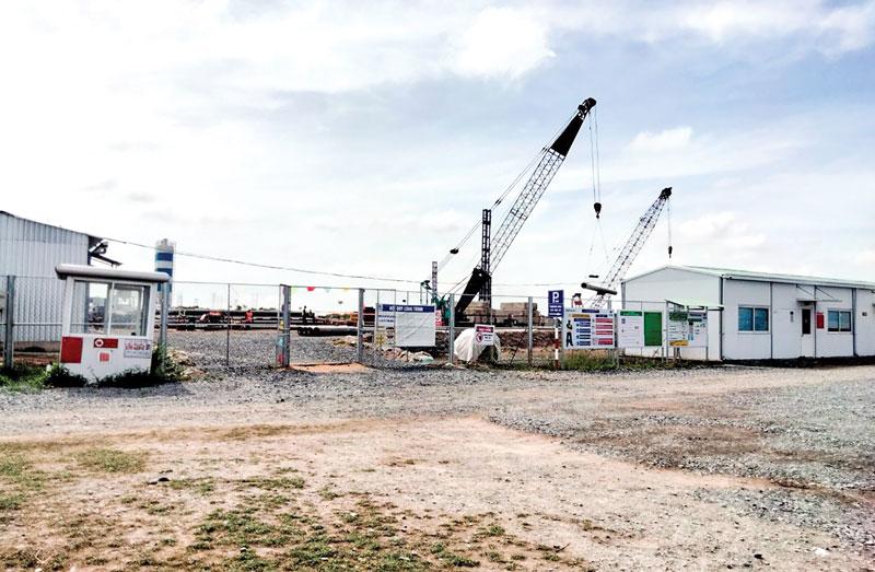 Trạm biến điện thuộc Dự án điện gió đang được xây dựng tại xã Thừa Đức, huyện Bình Đại. Ảnh: T. Lập