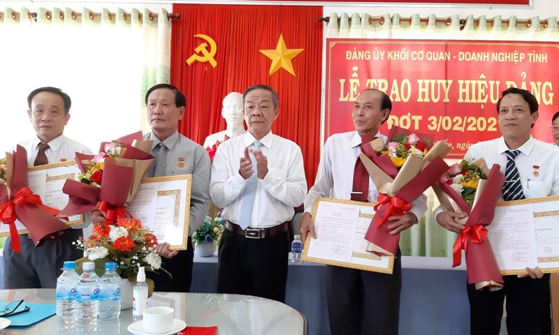 Trao Huy hiệu Đảng cho đảng viên đến niên hạn. Ảnh Trần Phương.