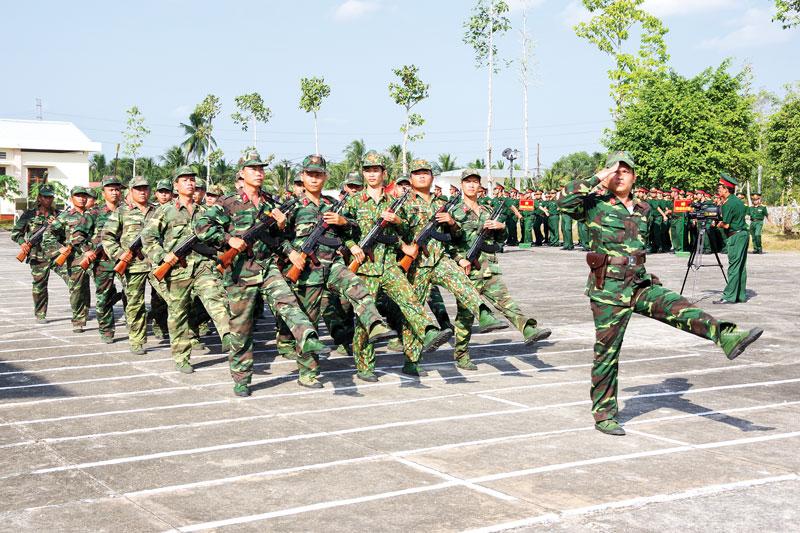 Duyệt đội ngũ trong lễ ra quân huấn luyện chiến sĩ mới. Ảnh: Đặng Thạch