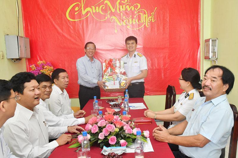 Bí thư Tỉnh ủy tặng quà và chụp ảnh với lãnh đạo Tân cảng.