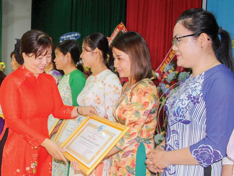 Trao bằng khen của Hội Liên hiệp Phụ nữ tỉnh cho các cá nhân xuất sắc trong thi đua đặc biệt. Ảnh: PN