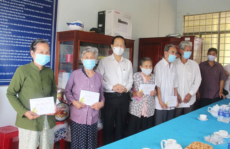 Phó chủ tịch Thường trực UBND tỉnh Nguyễn Trúc Sơn tặng quà Tết cho gia đình chính sách tại xã Mỹ Hưng. Ảnh: Phương Thảo
