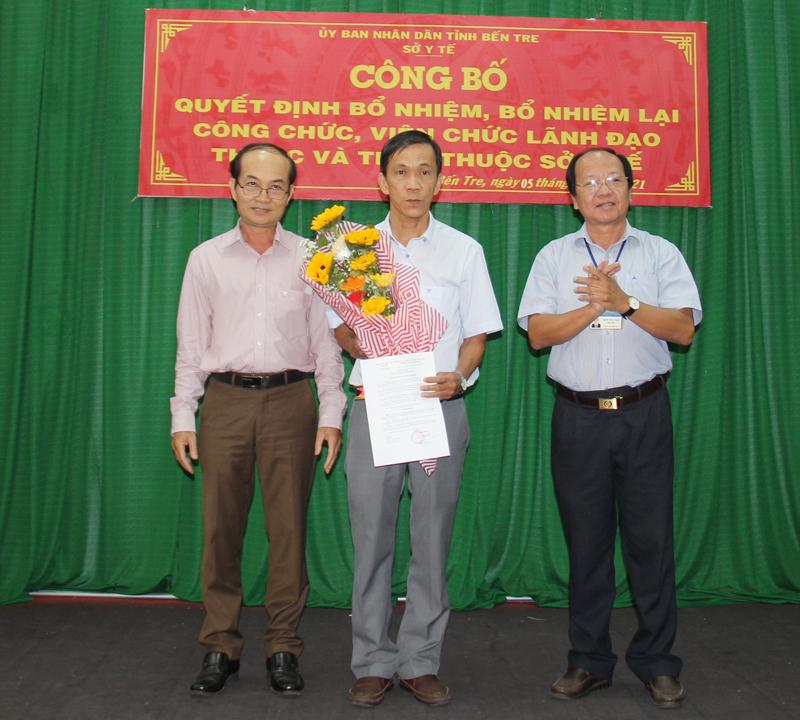 Giám đốc Sở Y tế Ngô Văn Tán trao quyết định bổ nhiệm cho ông Nguyễn Hữu Định.