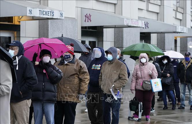 Người dân xếp hàng chờ tiêm phòng COVID-19 bên ngoài sân vận động Yankee ở New York, Mỹ, ngày 5-2-2021. Ảnh: AFP/TTXVN