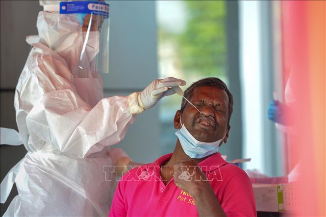 Nhân viên y tế lấy mẫu xét nghiệm COVID-19 cho người dân tại Selangor, Malaysia ngày 30-1-2021. Ảnh: THX/TTXVN