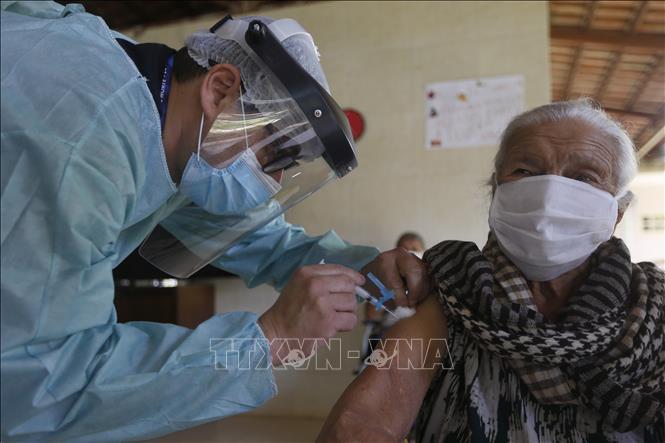 Tiêm vaccine phòng COVID-19 của hãng dược phẩm Trung Quốc Sinovac cho người dân tại Brasilia, Brazil, ngày 22-1-2021. Ảnh: THX/TTXVN