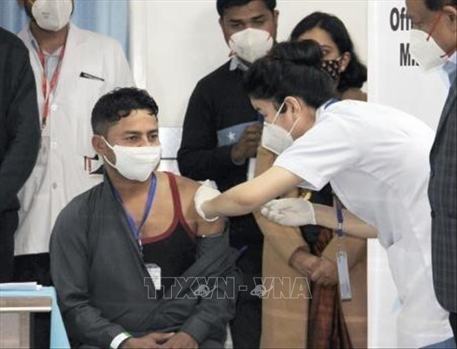Nhân viên y tế tiêm vaccine phòng COVID-19 cho người dân tại New Delhi, Ấn Độ ngày 16-1-2021. Ảnh: Kyodo/TTXVN