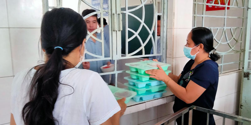 Thành viên nhóm OBT phát cơm cho bệnh nhân.