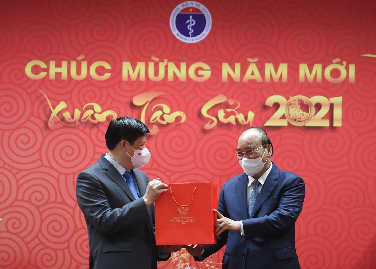 Thủ tướng tặng quà động viên ngành y tế - Ảnh: VGP/Quang Hiếu
