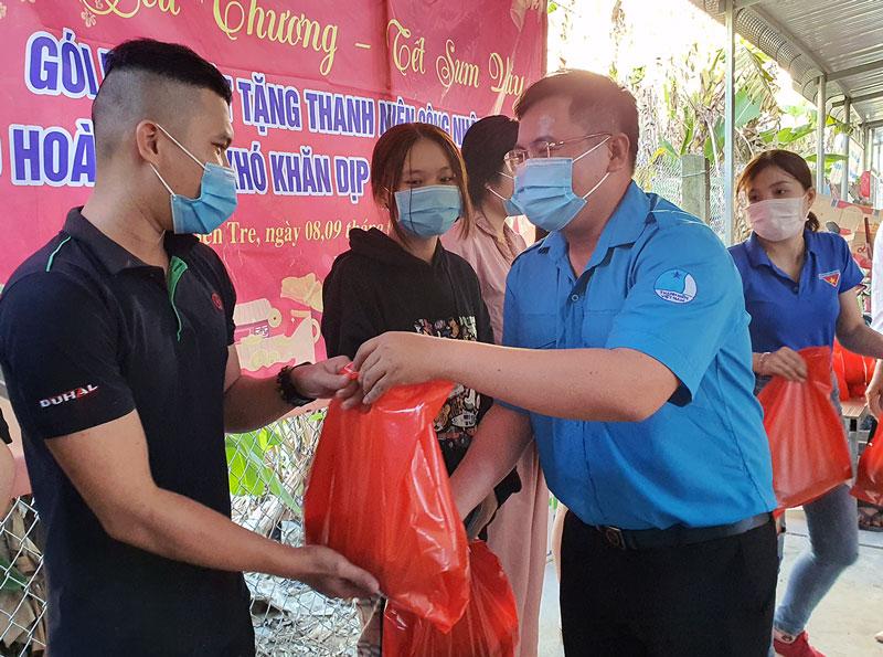 Trao tặng bánh tét cho thanh niên công nhân. Ảnh: Thanh Đồng