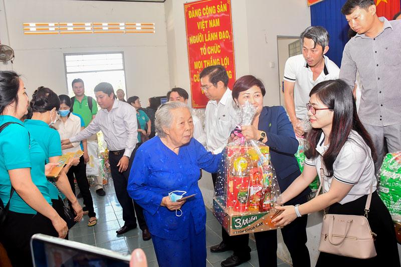 Trao quà Tết cho người nghèo ở xã Lương Phú, huyện Giồng Trôm. Ảnh: Thu Huyền