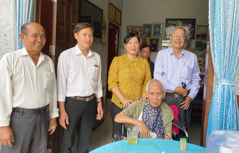 Thăm chúc Tết gia đình có công với cách mạng Lê Thị Mì (Chín Phương), tại xã Long Mỹ, huyện Giồng Trôm.