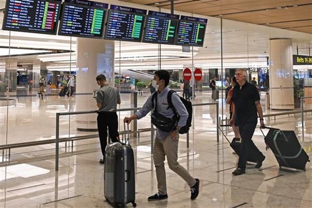 Hành khách tại sân bay quốc tế Changi ở Singapore ngày 16-3-2020. (Nguồn: AFP/TTXVN)