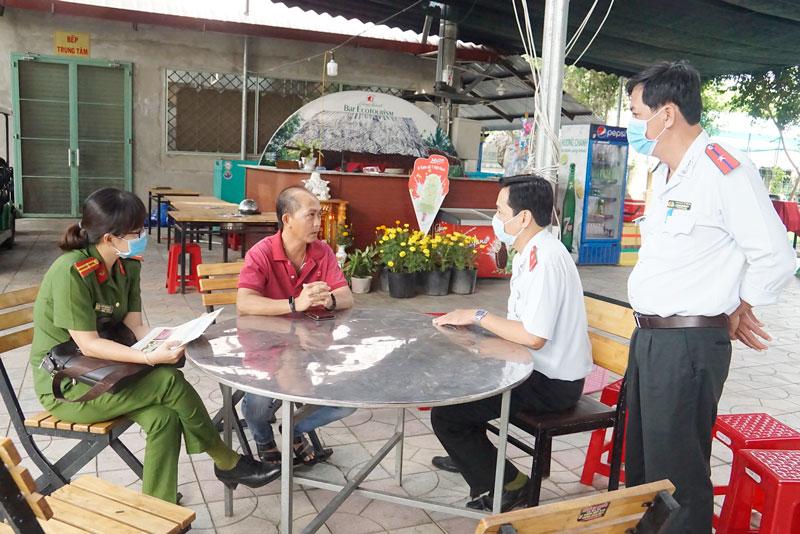 Đội đến kiểm tra một số điểm kinh doanh du lịch.