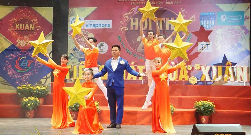 Thí sinh trình diễn tại hội thi Tiếng hát mùa Xuân.