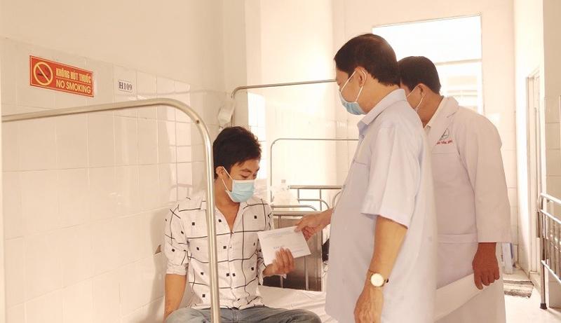 Thăm hỏi, động viên bệnh nhân. Ảnh: Đức Cần.