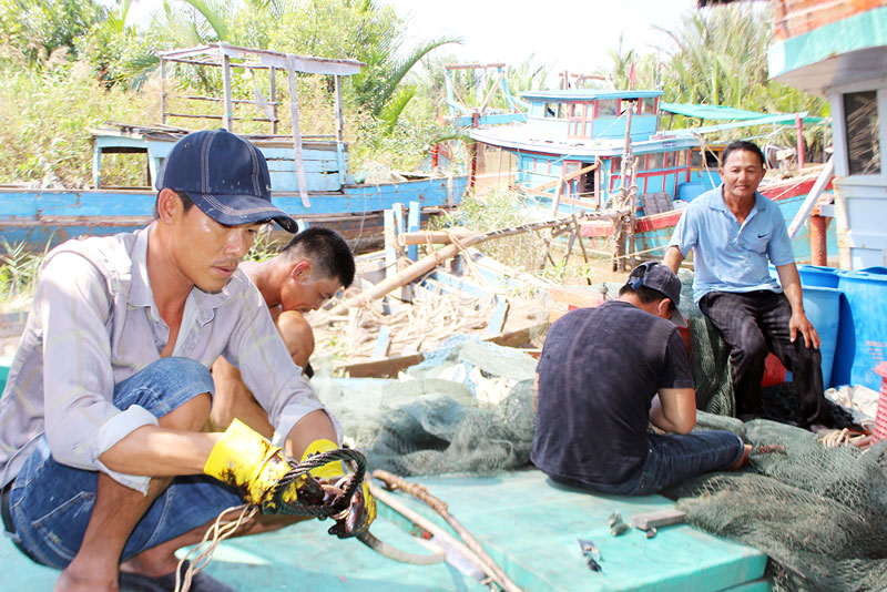 Sửa chữa ngư lưới cụ sẵn sàng ra khơi sau Tết.