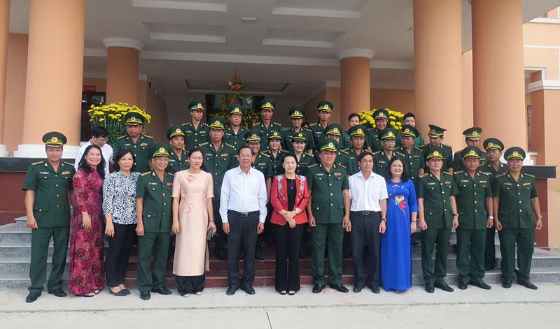 Chủ tịch Quốc hội Nguyễn Thị Kim Ngân chụp ảnh với lãnh đạo tỉnh và cán bộ, chiến sĩ biên phòng tỉnh.