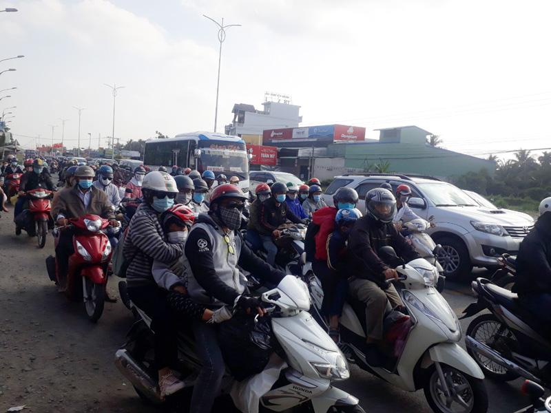 Lưu lượng người tham gia giao thông tăng cao trên quốc lộ 60 trong chiều Mùng 4 Tết.