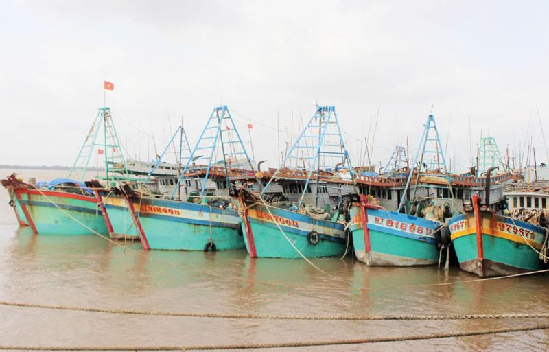Tàu đánh bắt xa bờ xã An Thủy chuẩn bị ra khơi.