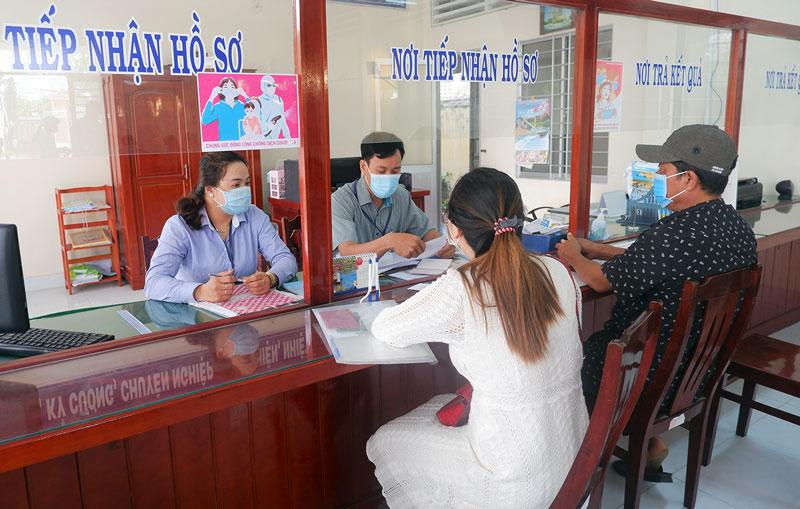 Công chức tại Bộ phận tiếp nhận và trả kết quả của huyện khẩn trương giải quyết thủ tục hành chính cho người dân.