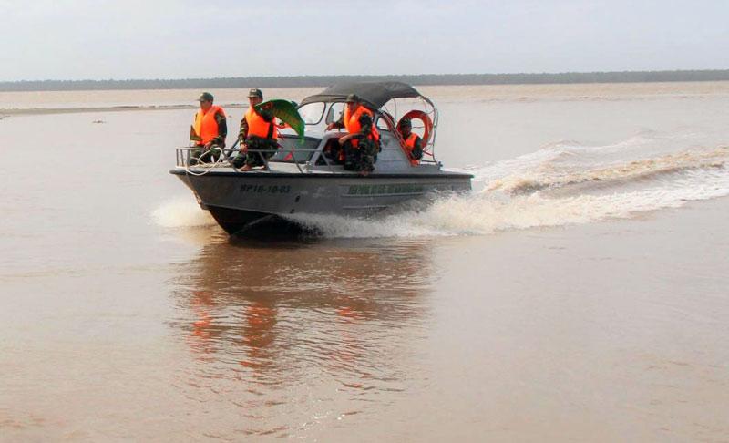 Cán bộ, chiến sĩ Đồn Biên phòng Hàm Luông tuần tra trên sông.