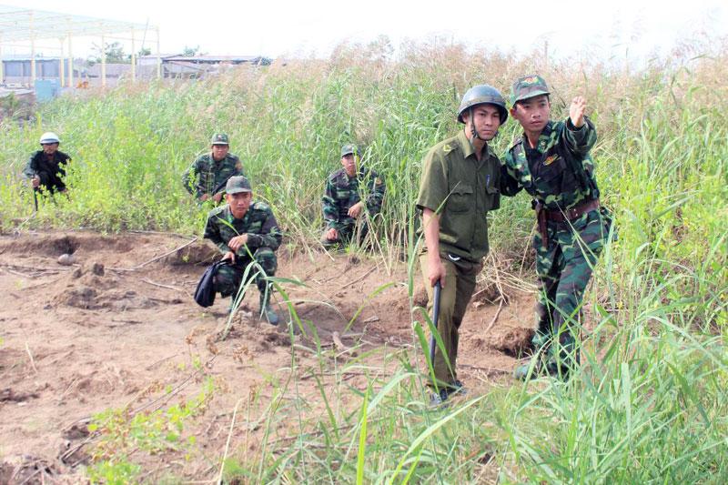 Cán bộ, chiến sĩ Đồn Biên phòng Hàm Luông phối hợp tuần tra.