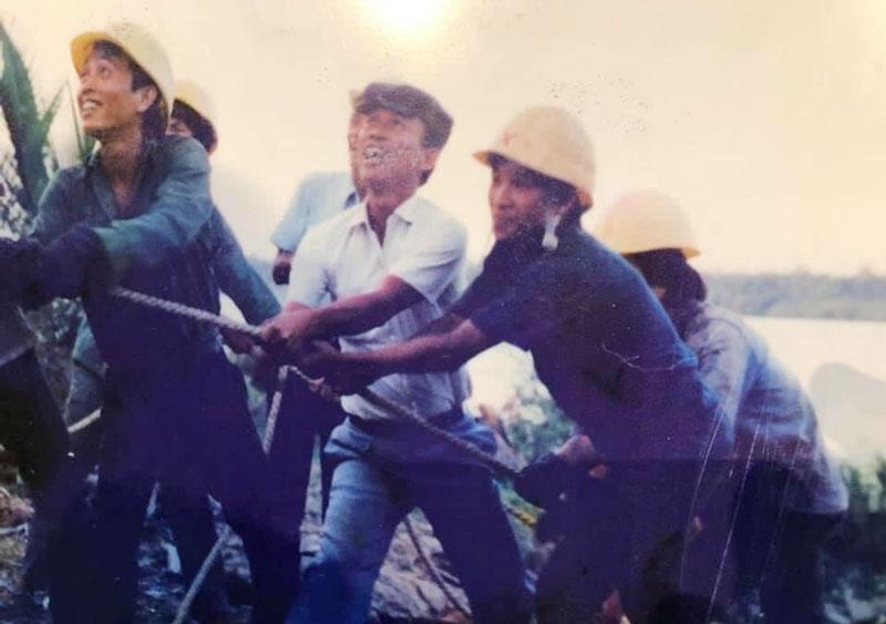 Khánh thành đường điện cao thế vượt sông Tiền (ngày 19-5-1989). Ảnh tư liệu