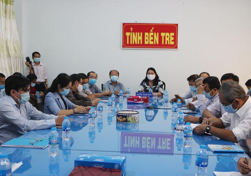 Phó chủ tịch UBND tỉnh Nguyễn Thị Bé Mười, Giám đốc Sở Y tế Ngô Văn Tán tham dự tại điểm cầu tỉnh.