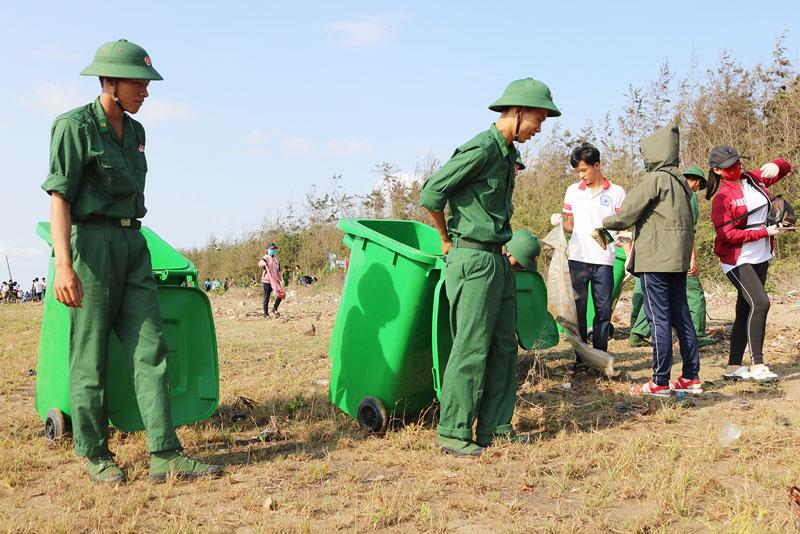 Lực lượng tham gia dọn rác tại bãi biển huyện Ba Tri.