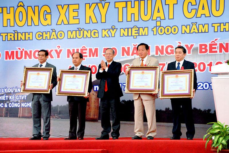 Phó Thủ tướng Trương Vĩnh Trọng trao Huy chuong Lao động hạng Ba cho các lãnh đạo tỉnh năm 2010.